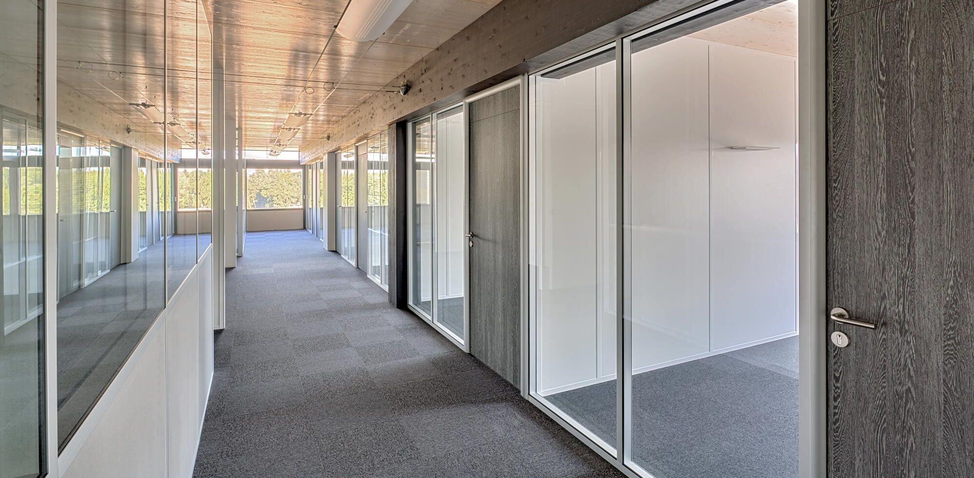 Cloisons démontables vitrées toute hauteur à couvre-joints & huisserie arrondie avec sa porte bois