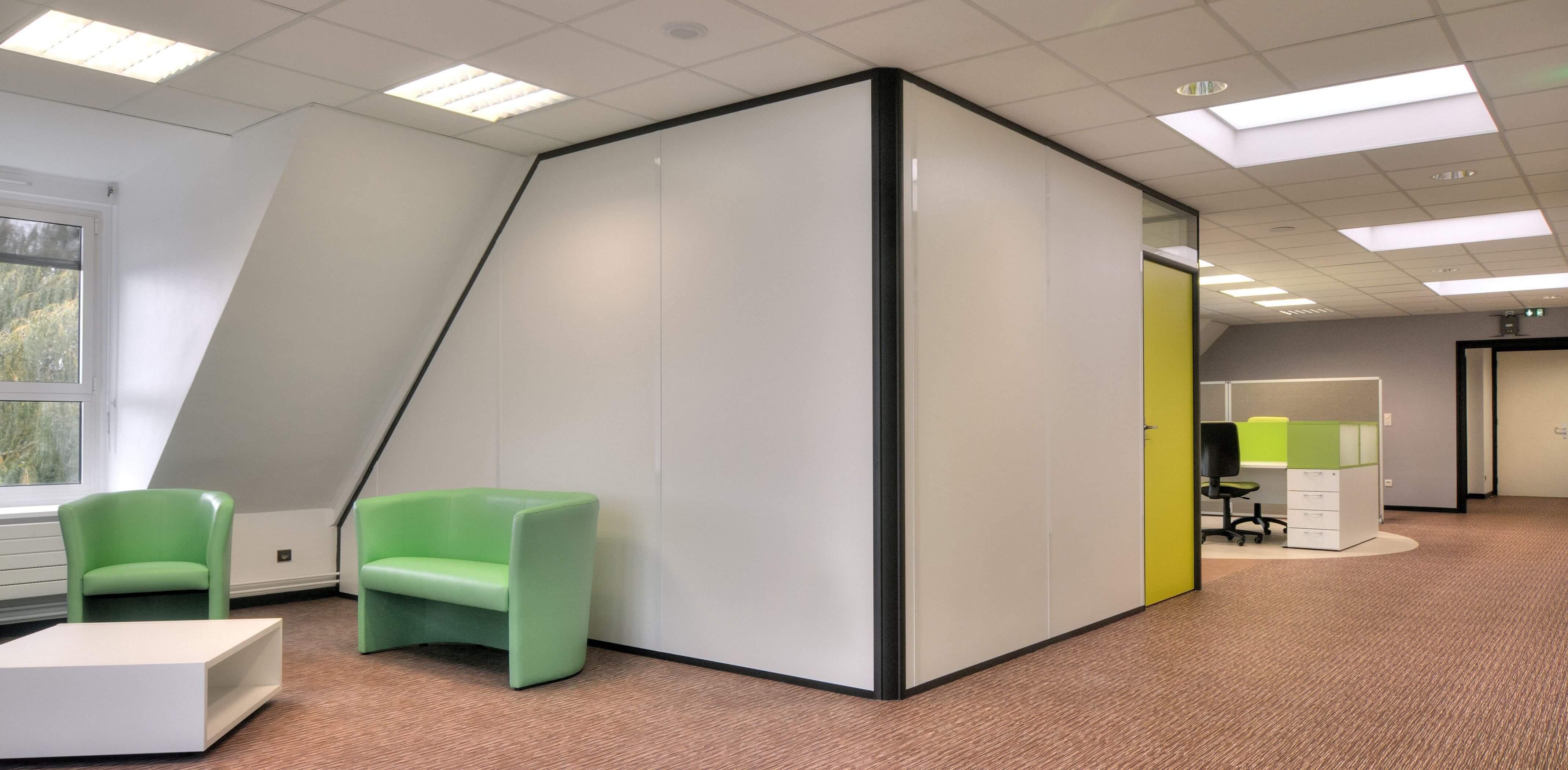 Cloisons pleines avec couvre-joints et angle 90° arrondi - salle de réunion dans open-space