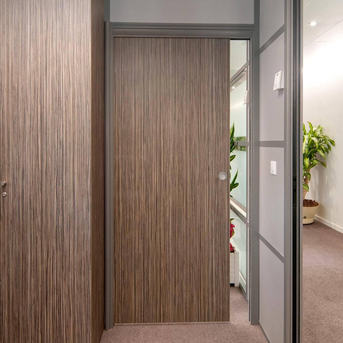Le système Integral est une porte à galandage conçue pour nos cloisons pleines et vitrées