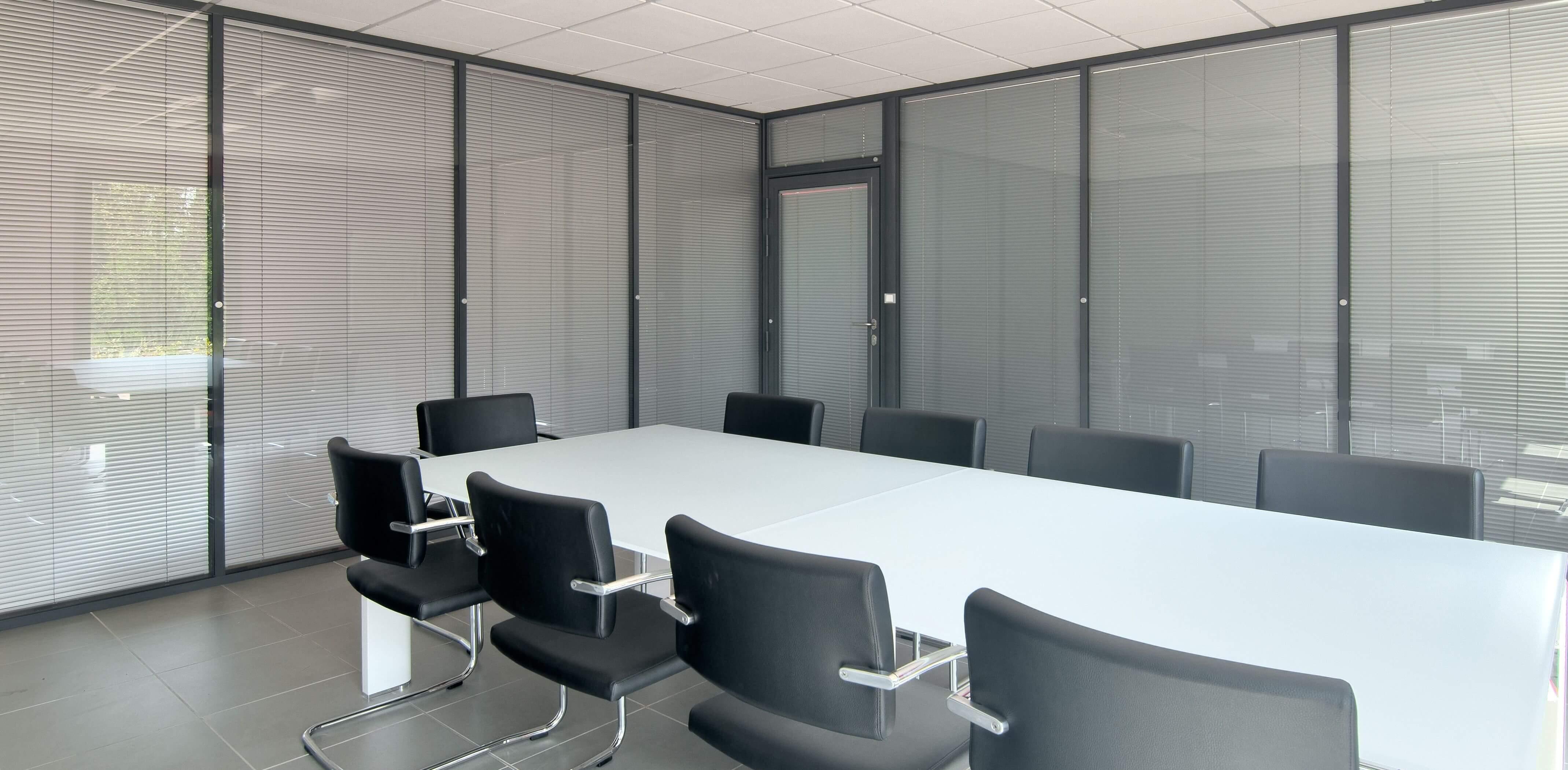 Cloisons amovibles double vitrage avec stores - la confidentialité pour vos réunions