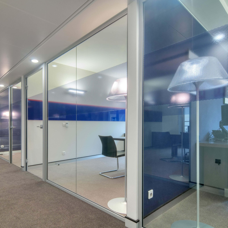 Cloison simple vitrage et coloré pour donner du cachet à vos espaces intérieurs