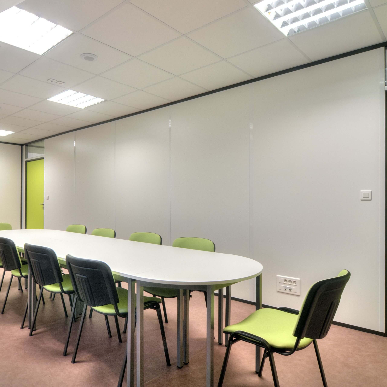 Cloison pleine avec couvre-joints - le choix de la discrétion pour votre salle de réunion