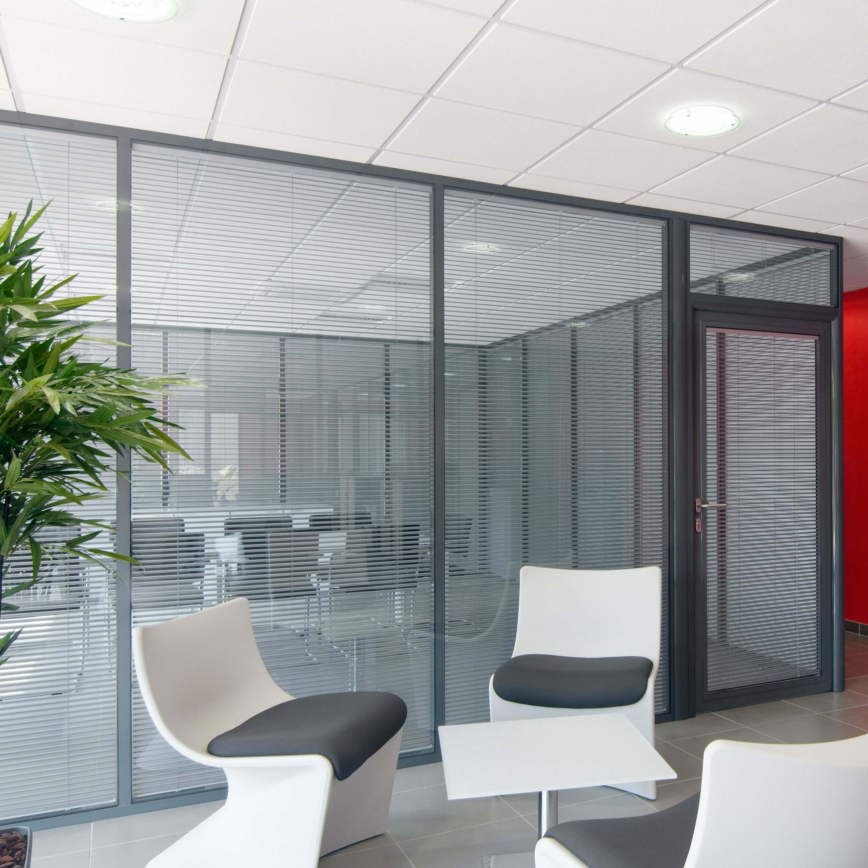 Cloisons vitrées amovibles - salle de réunion avec stores ouverts