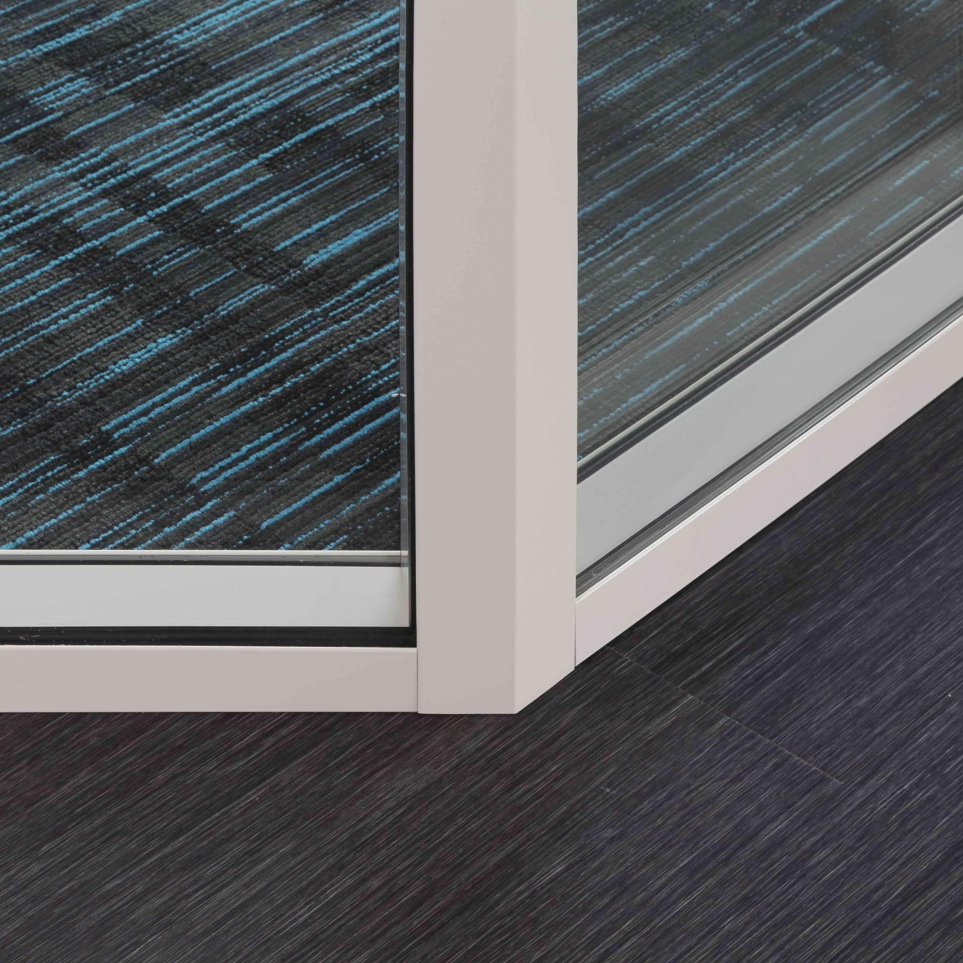 Cloison démontable vitrée avec angle 135° - vue couloir