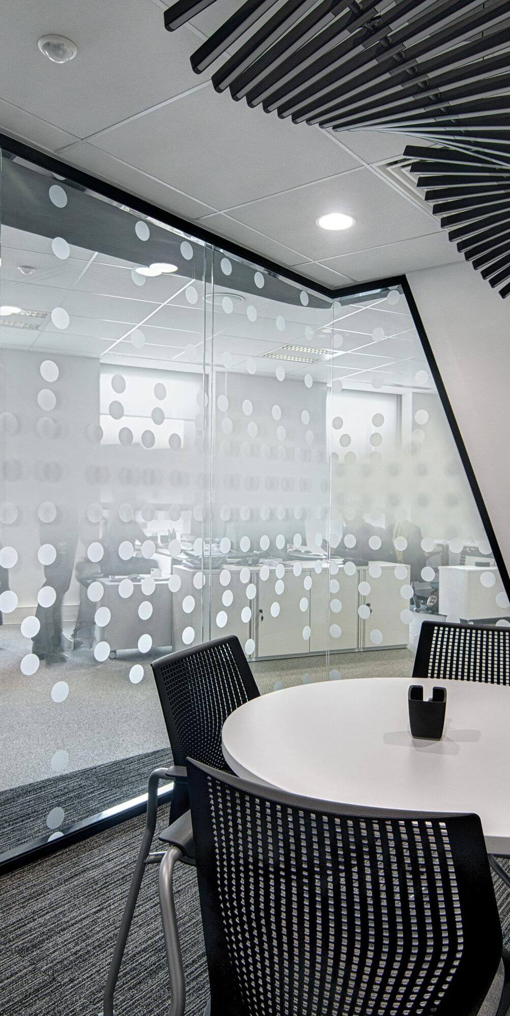 Cloison vitrée bord à bord : du rôle des vitrages pour allier esthétique et confidentialité