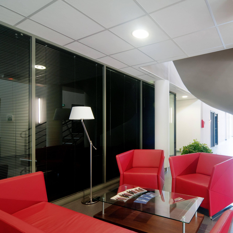 Cloisons vitrées avec couvre-joints dans un hall agrémenté de ses fauteuils