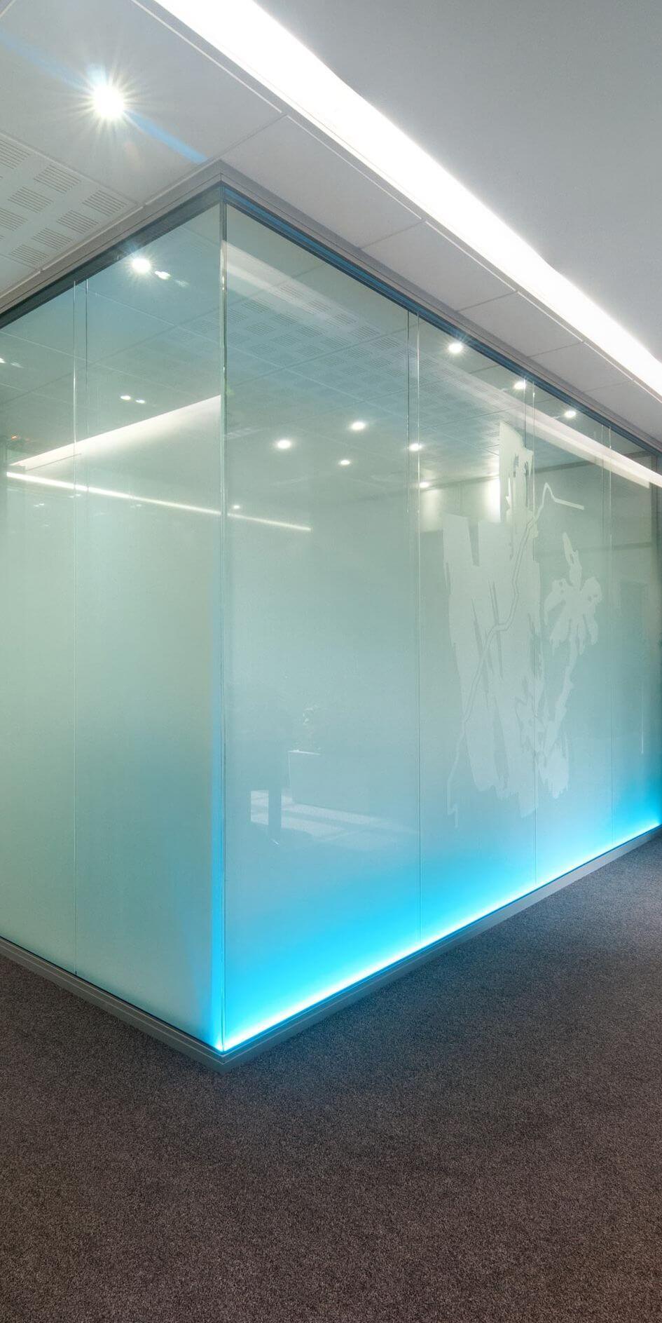 Cloison amovible vitrée avec vitrophanie et rétro-éclairage