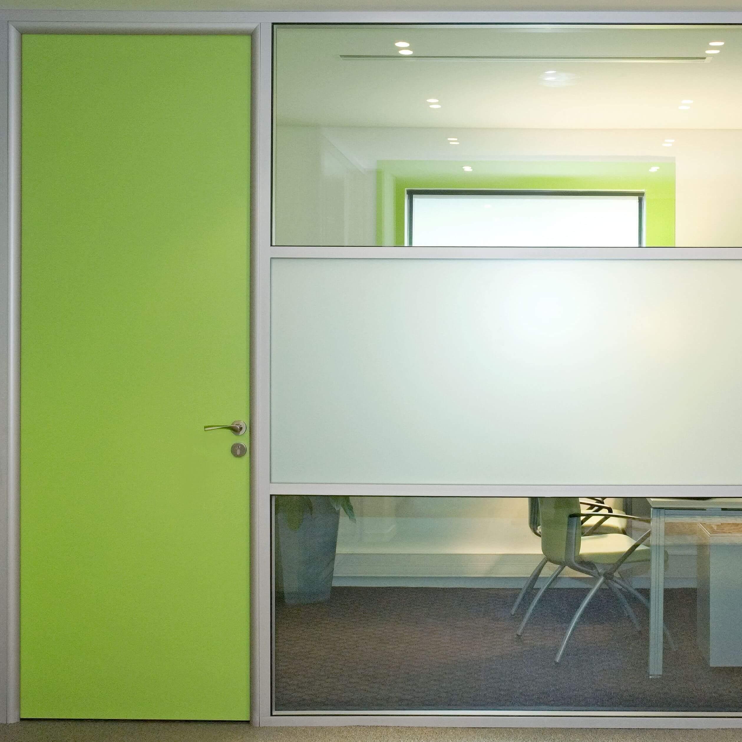 Le choix de la couleur avec une cloison vitrée au tramage horizontal