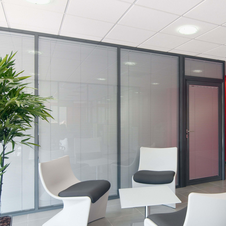 Cloisons vitrées démontables - salle de réunion avec stores fermés