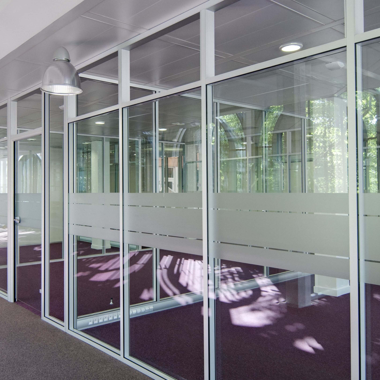 Cloison amovible vitrée avec imposte vitrée et couvre-joints & goulotte électrique au sol