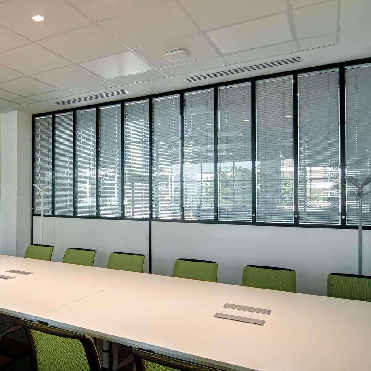 Cloison verrière avec stores pour votre salle de réunion