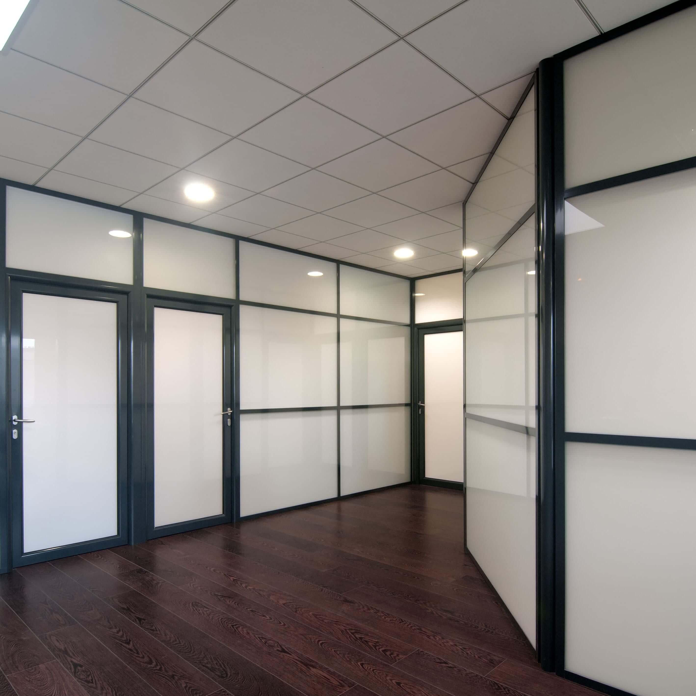 Cloisons vitrées avec couvre-joints et traverses horizontales dans un hall