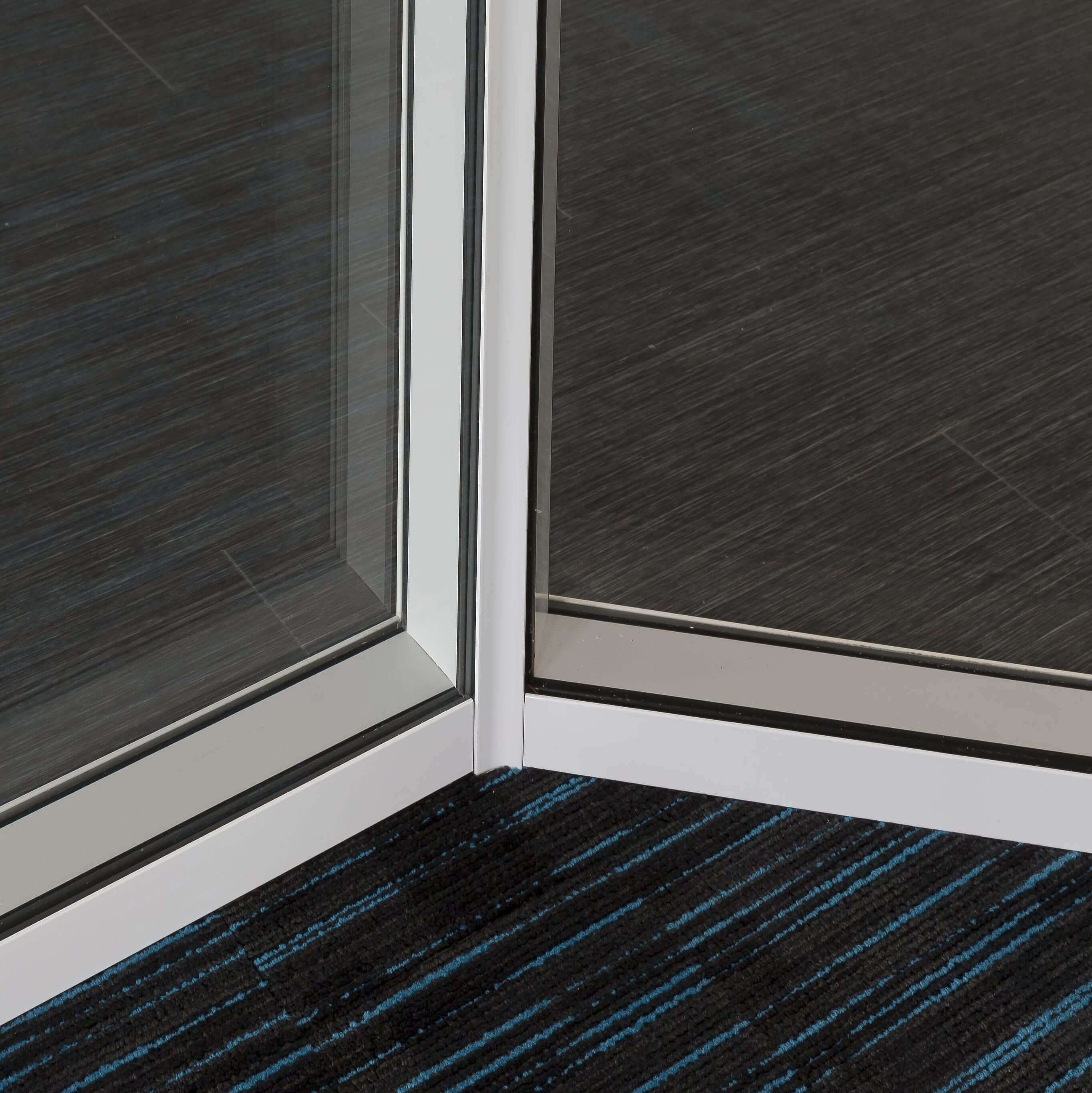 Cloison amovible vitrée et angle 135° - vue intérieure bureau